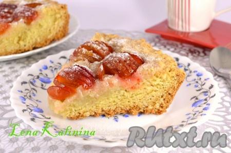 После этого вкуснейший пирог со свежими сливами извлечь из формы, посыпать сахарной пудрой, разрезать на части и можно подавать к столу! Очень ароматный, просто необычайно вкусный пирог!