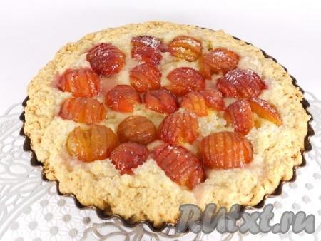 Выпекать пирог в разогретой до 190 градусов духовке в течение 45-50 минут (обязательно проверяйте деревянной лучинкой середину пирога, сливы выделяют очень много сока и серединка выпекается дольше, чем края). Готовому пирогу дать остыть в форме.