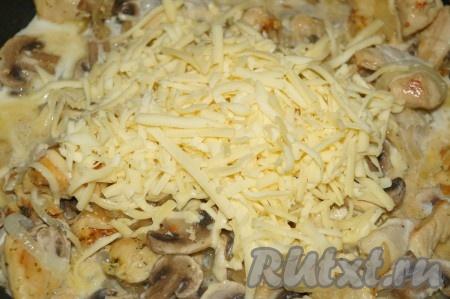 Добавить сливки и сыр, натёртый на крупной тёрке, перемешать и томить под крышкой на очень маленьком огне минут 15-20, не забывая помешивать.