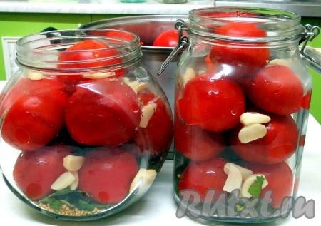 Заполняем чистые банки помидорами, добавляем чеснок, душистый и чёрный перец.
