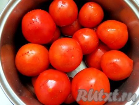 Каждый помидор накалываем острой вилкой в четырёх-пяти местах. Делаем это для того, чтобы маринад быстрее проникал в помидоры.