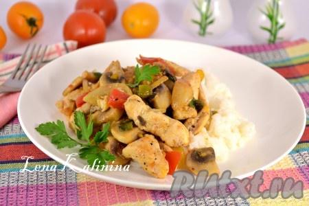 Подать вкуснейшее куриное филе с грибами и помидорами в теплом виде с рисом или картофелем. Или же с гарниром по вашему вкусу. Просто, быстро, ярко и вкусно!{amp}#xA;