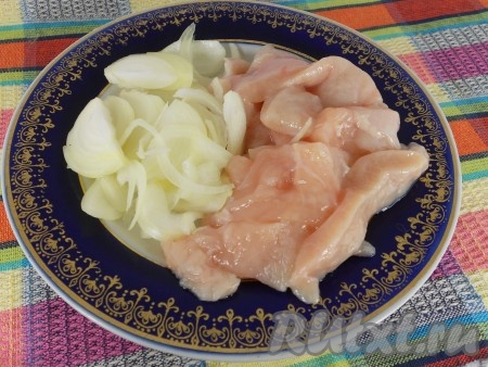 Куриное филе помыть и нарезать длинными брусочками, лук репчатый - тонкими перьями или полукольцами.