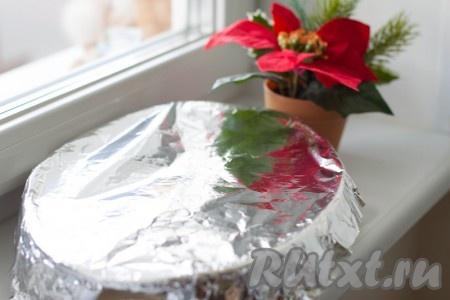 Накройте блюдо фольгой и уберите в разогретую духовку на 1 час. Готовьте при температуре 190-200 градусов.