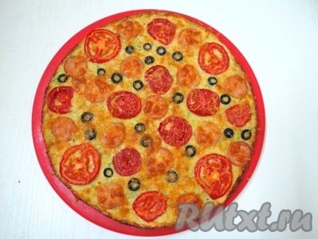 Выпекаем кабачковую пиццу в заранее разогретой духовке при температуре 180-190 градусов в течение 20 минут. Если кромочка зарумянилась - пицца готова.
