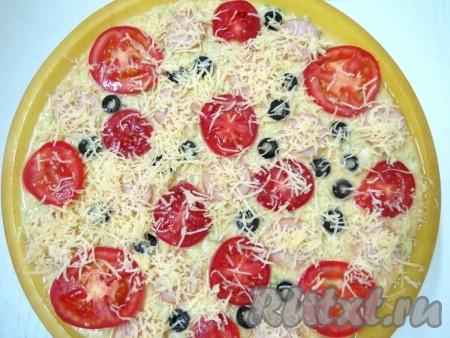А также выкладываем кружочки помидоров и маслин. Посыпаем натёртым на крупной тёрке сыром.