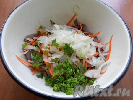 Добавить в салат из свиного сердца измельченную петрушку и замаринованный лук, отжатый от маринада.