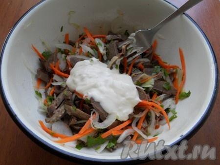Заправить салат майонезом, посолить по вкусу. Если понадобится - еще поперчить.