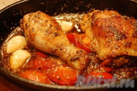 Взять сотейник, плеснуть в него немного оливкового масла, положить кусочки курицы, обжарить их со всех сторон до легкой румяности, затем добавить сливочное масло с уксусом, потушить курицу в этой смеси минут 5, затем добавить помидоры, чеснок, соль, перец, травки, воду или сухое белое вино) и отправить в духовку при температуре 150 градусов на 30 минут. Курица с помидорами и чесноком получается такой аппетитной и вкусной! Она просто тает во рту!