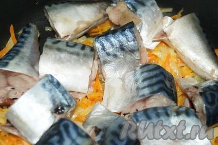 Рыбу посолить, посыпать специями, перемешать. Кусочки скумбрии выложить на морковь с луком, накрыть крышкой (воду добавлять не надо) и оставить потомиться на маленьком огне минут 10.