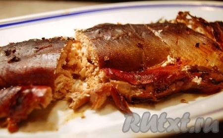 Спустя несколько часов отправляем форму с красной рыбой в духовку, фольгу приоткрываем сверху. Запекаем горбушу в духовке 20-30 минут при температуре 180 градусов. Смотрите внимательно, чтобы рыба не пригорела. Поскольку в состав маринада входит мёд, то будет чувствоваться слегка горелый запах. Это испаряется маринад. Затем достаем запеченную горбушу из фольги, развязываем шпагат и выкладываем на блюдо.