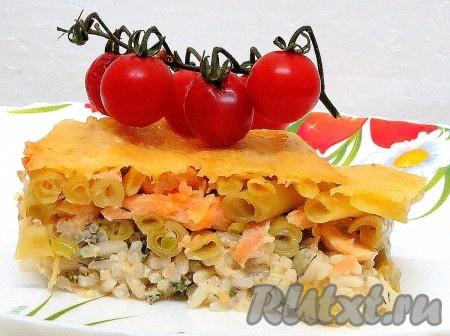 Нарезаем и угощаем родных и близких очень вкусной рыбной запеканкой с рисом и спаржевой фасолью.