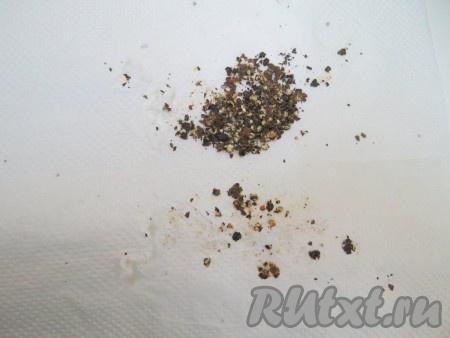 Перец раскладываем между слоями бумаги и проходимся по нему несколько раз скалкой. Раздавливать в пыль не нужно, должны быть крупинки.