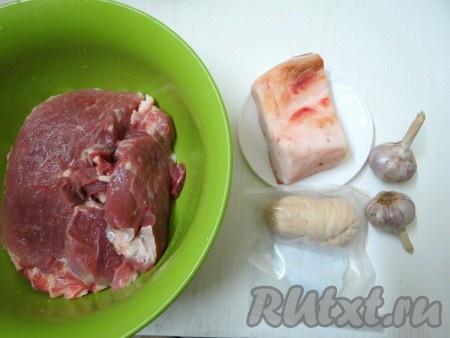 Для приготовления домашней колбасы понадобятся свинина, сало, чеснок и тонкие свиные кишки (у меня кишки уже готовые, почищенные и посоленные, в пакетике 10 метров). У вас возникнет вопрос, если в магазине нет кишок, где их можно взять? Подойдите на рынке к мяснику, который торгует свининой и, если у него нет кишок, договоритесь и в следующий раз он вам продаст. Как обрабатывать такие кишки? При помощи обратной стороны карандаша выверните кишки наизнанку. Положите их на 30 минут в холодную воду, в которую добавьте 1/2 столовой ложки соли и 1/2 столовой ложки соды. Затем обильно посыпьте солью и хорошо почистите тупой стороной ножа на деревянной доске. Выверните, опять посыпьте солью и поскребите обратной стороной ножа. Промойте в проточной воде. Неиспользованные кишки храним в пакетике в морозильной камере.