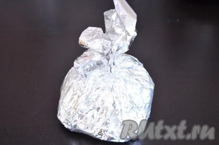 Завернуть фольгу конвертиком или мешочком.