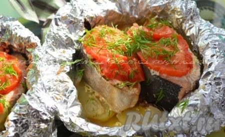 Поставить противень с заготовками в заранее разогретую до 200 градусов духовку на 30 минут. Готовую горбушу с картошкой подавать в горячем виде, посыпав зеленью. Вкусного вам обеда или ужина!