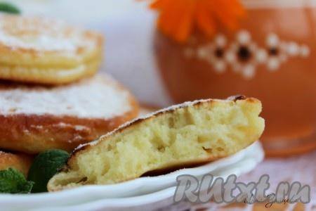 Нежные, пышные оладьи, приготовленные на сметане, по желанию посыпать сахарной пудрой и подавать с медом, вареньем или сгущенным молоком. В любом случае, они будут невероятно вкусными.