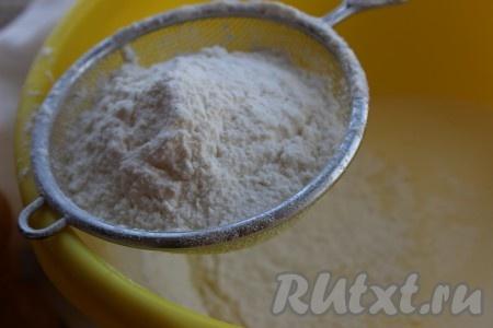 Муку просеять с разрыхлителем, содой и постепенно вводить в тесто, постоянно помешивая.