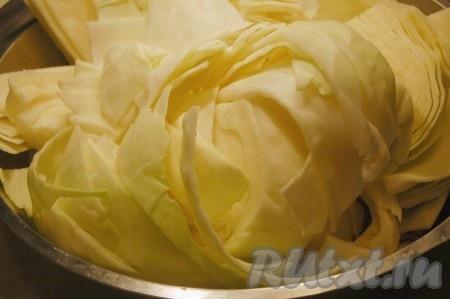 Нарезать капусту крупными кусками.