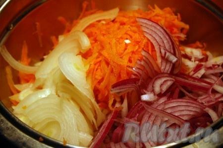 Режем тонкими кольцами репчатый лук и трем на крупной терке морковь, все смешиваем.