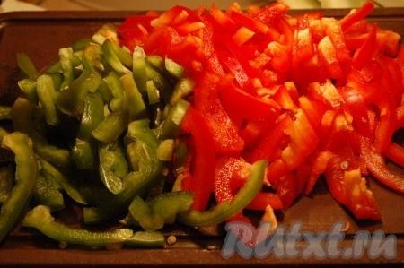 Режем сладкий перец (желательно разных цветов).