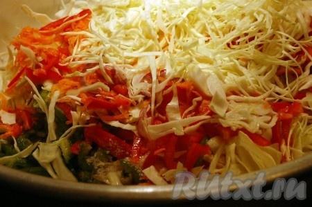 Тонко настругать капусту и добавить ее к овощам.