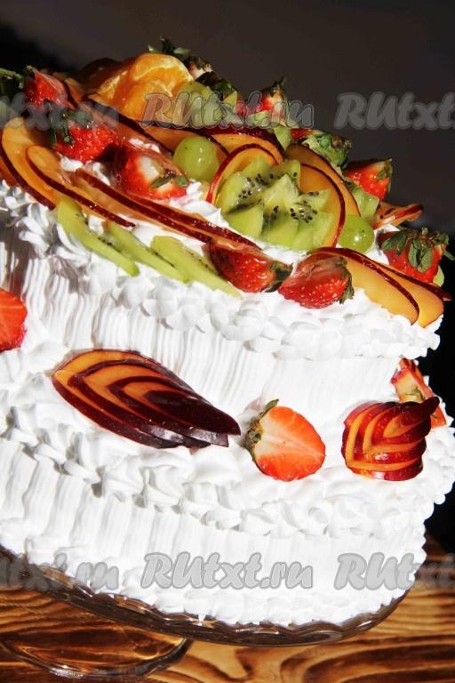 Торт со сливками и фруктами