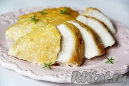 Готовую грудку, запеченную в сливках под сыром, подать с любым гарниром. Я на утро нарезала грудку и положила на кусочек белого хлеба, очень вкусно!