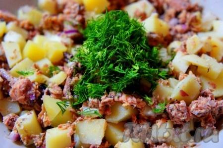 Зелень укропа мелко порубить, добавить в салат.