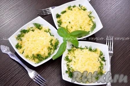 Завершающий слой - натертый на средней или мелкой терке сыр. Украсить зеленью. Можно оставить на какое-то время в холодильнике для пропитки. Надеюсь, Вам понравится очень вкусный, аппетитный салатиз стручковой фасоли с курицей.
