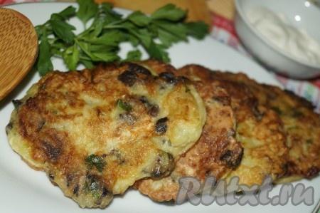 Аппетитные, вкусные, ароматные оладьи из кабачков с грибами подавать со сметаной.