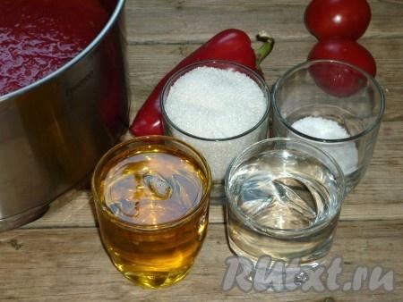 Добавить к овощам сахар, соль, растительное масло и уксус. Поставить смесь на огонь и проварить на небольшом огне 5-10 минут.