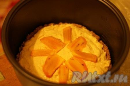 Выложить творожную начинку на испеченную основу пирога. По желанию пирог можно украсить кусочками хурмы.