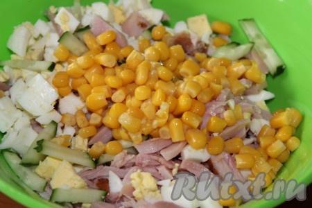 С консервированной кукурузы слить жидкость и отправить в салат.