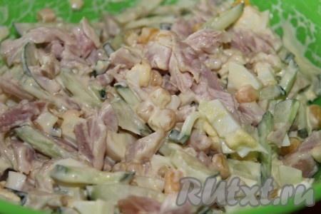 Тщательно перемешать вкуснейший салат с копченой курицей, кукурузой и маринованным луком, заправить майонезом. При необходимости поперчить и посолить.
