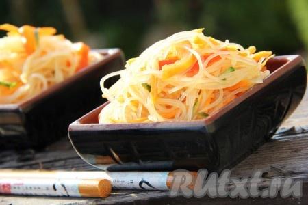 Вот такой красивый, яркий и очень вкусный салат из фунчозы с овощами получается. Хранить его лучше в холодильнике.