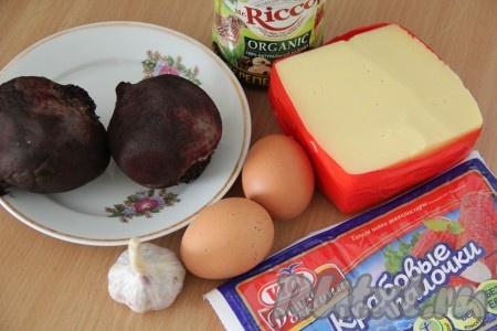 Подготовить продукты. Свеклу, сваренную до готовности, и яйца, сваренные вкрутую, остудить. Если используете для приготовления салата замороженные крабовые палочки, то их нужно предварительно разморозить при комнатной температуре.