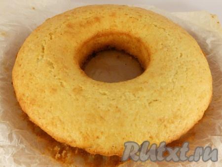 Выпекать кокосовый кекс в предварительно разогретой до 180 градусов духовке около 45 минут. Через 20 минут загляните в духовку, если верх кекса будет подгорать, прикройте его листом фольги. Готовый кекс остудить, после чего убрать пергамент.