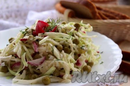 Полезный, вкусный, хрустящий салат с капустой и редисом готов.