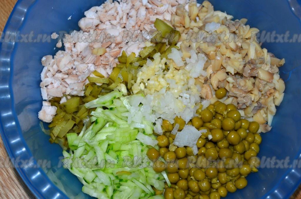Салат с шампиньонами и курицей орехами и черносливом