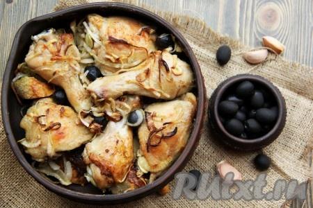 Вот такая вкусная, аппетитная курочка, запеченная на хлебе, получается. Я вместе с кусочком курицы подавала хлеб и лук, это безумно вкусно, хотя и не очень полезно для фигуры.