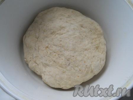 Молоко смешать с теплой водой и вливать эту смесь частями в углубление в муке, постепенно замешивая тесто, вначале ложкой, а затем - руками. Тесто долго месить не нужно, оно получится плотным и немного липким.
