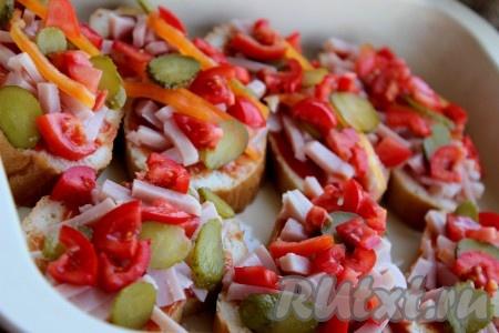 Затем выложить огурцы, перец, помидоры в том порядке, как вам нравится.