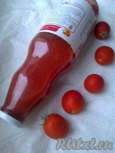 Для длительного хранения кетчуп горячим разлить в стерилизованные банки бутылки), закатать завинтить), укутать одеялом или чем-то теплым и дать остыть в течение суток. Или остудить, убрать в холодильник, использовать по мере необходимости.