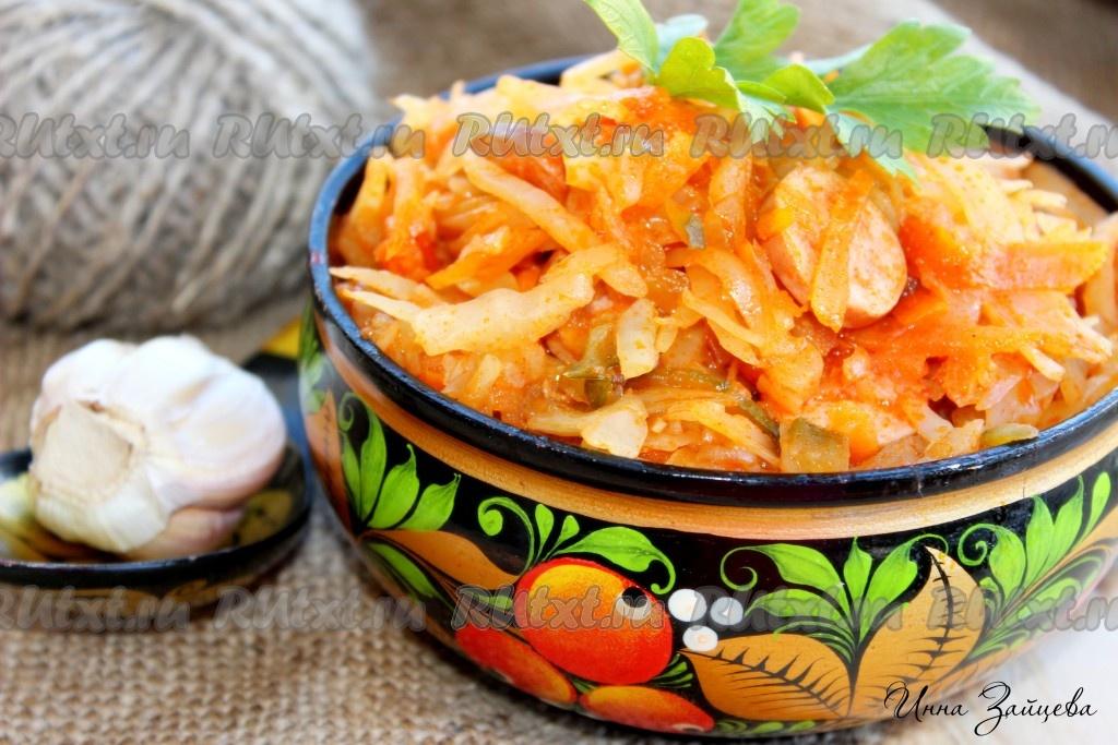 солянка на сковороде из свежей капусты с сосисками