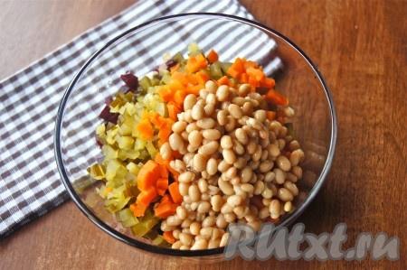Переложить в салатник нарезанные овощи, добавить фасоль.