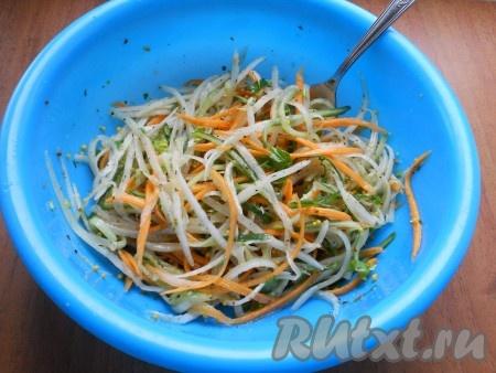 В салат из дайкона, огурца и моркови добавить измельченную петрушку и заправку, посолить по вкусу и перемешать.{amp}#xA;