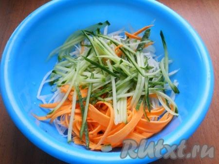 Таким же образом натереть и огурец (мягкую серединку лучше удалить, чтобы не добавлять в салат).{amp}#xA;