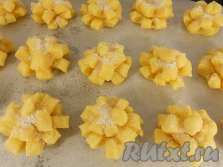 Заготовки печенья посыпать сверху сахаром и поместить на противень, застеленный пергаментом.