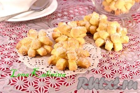 Выпекать замечательное печенье на желтках в предварительно разогретой до 200 градусов духовке в течение 15-20 минут ориентируйтесь по своей духовке). Печенье должно быть золотистого цвета. Остудить и можно подавать к чаю.